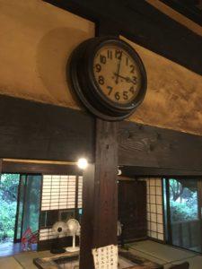 店内のレトロ時計。止まっている。